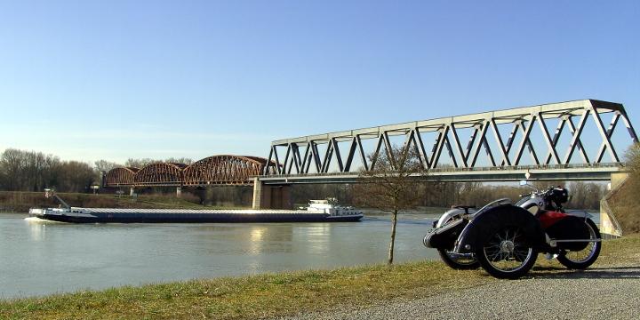 R25 Gespann am Rhein
